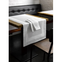 chemin-de-table-restaurant-blanc-encadre-satin
